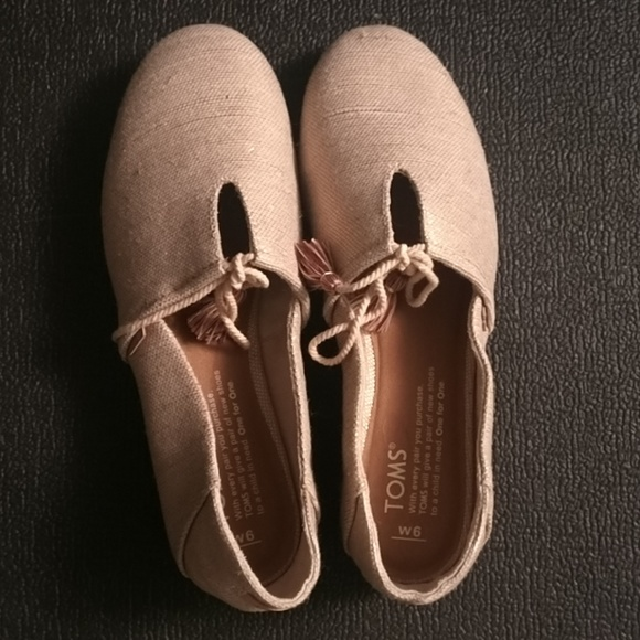db50c7ff070 New TOMS shoes kelli flats in rose gold. M 5c3c129a3c9844e47c20e44d